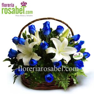 Canasta de 24 rosas azules