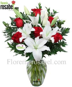 Jarron con rosas rojas y liliums blancos