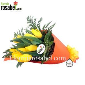 hermoso ramo de 10 tulipanes amarillos  Super Yellow 10! envuelto en fino papel y lazo decorativo.