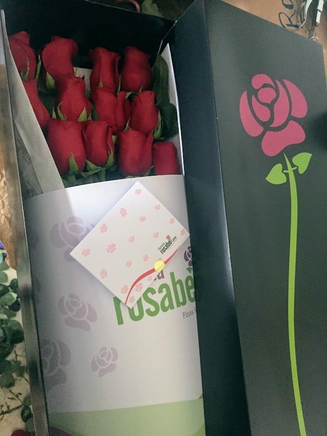 caja negra  con 12 rosas rojas