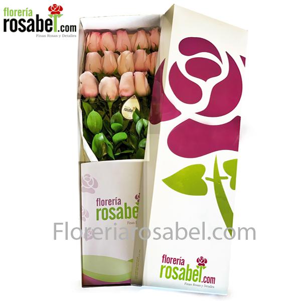 Caja blanca con 12 rosas rosadas