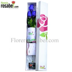 caja blanca con 3 rosas azules